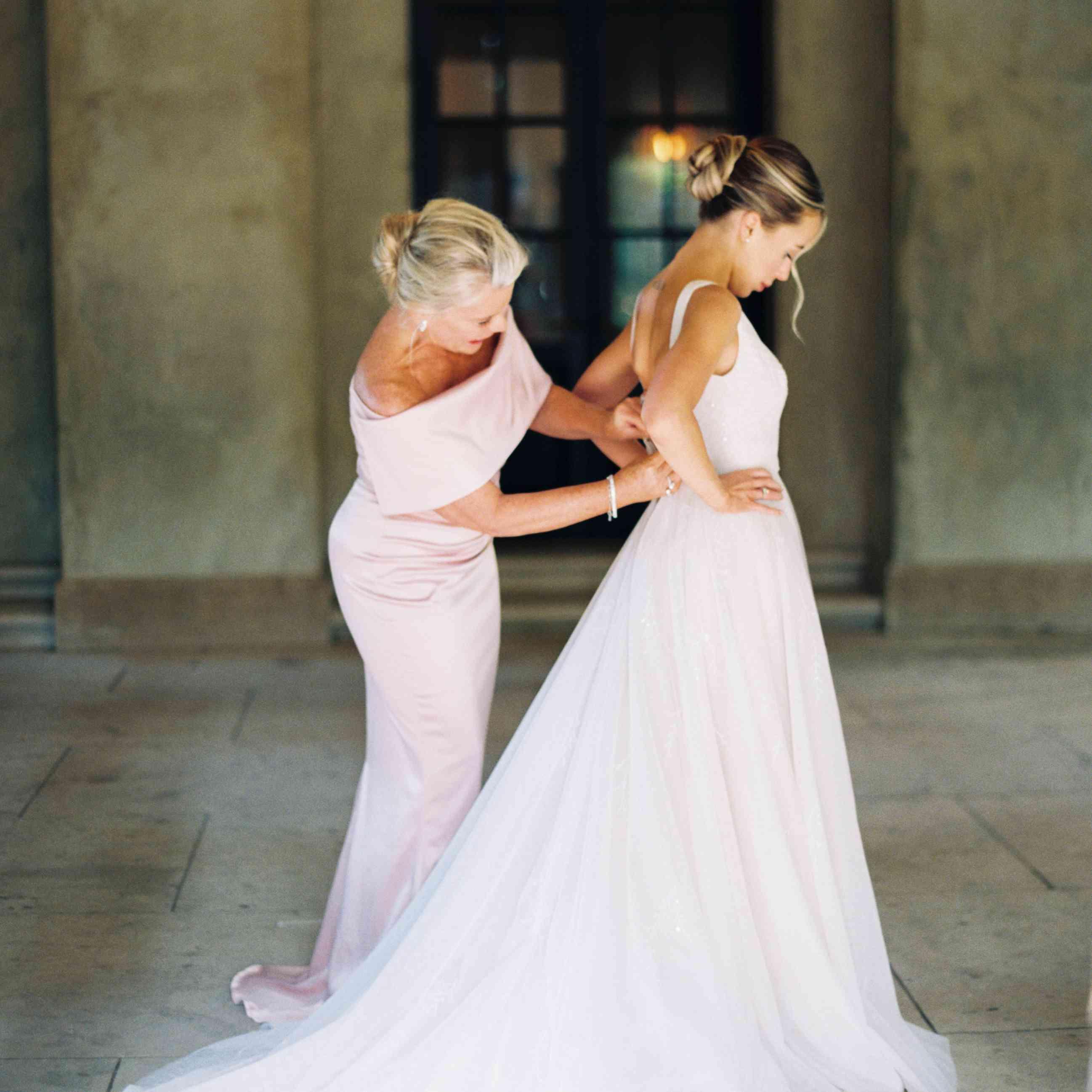<p>mom helping bride get ready</p><br><br>