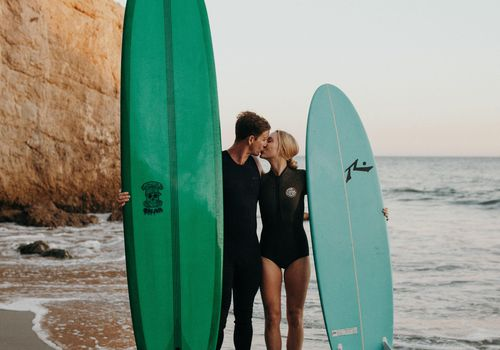 Surf couple kissing