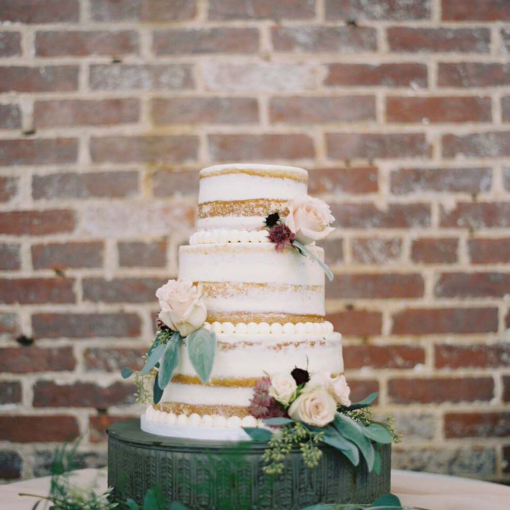 Naked cake with border piping