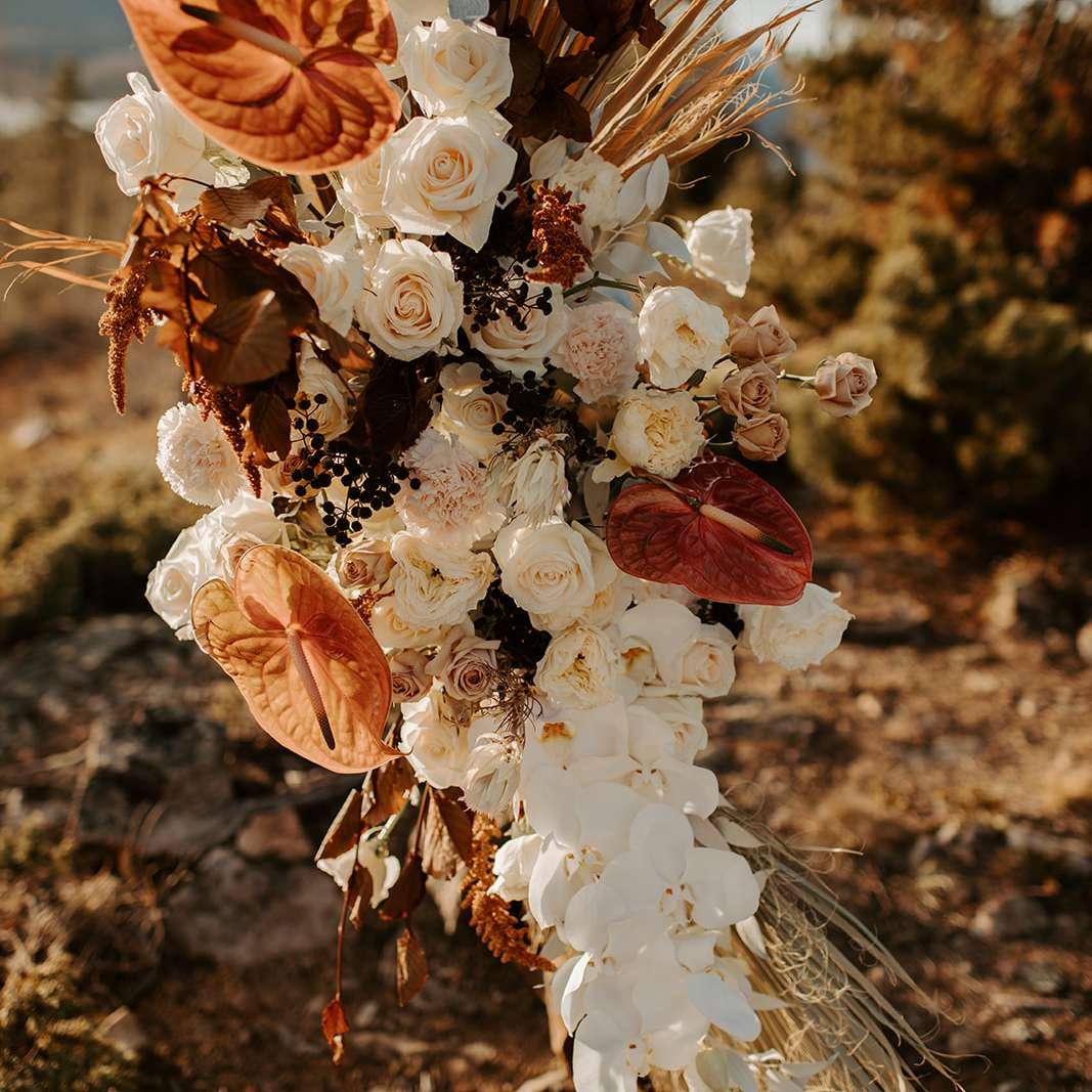 Florals on the wedding altar