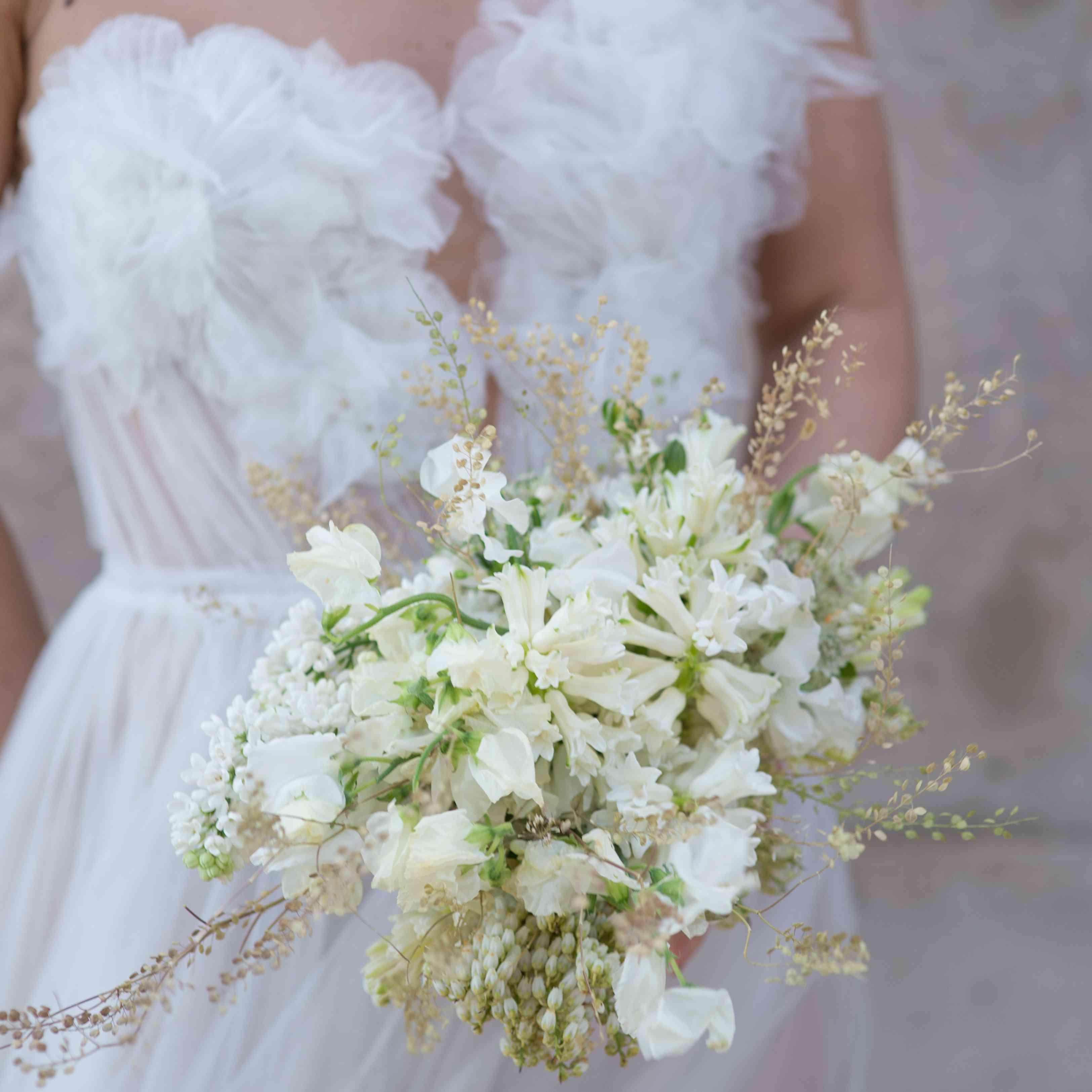 <p>white bride bouquet</p><br><br>