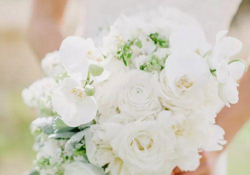 White sweet peas bouquet