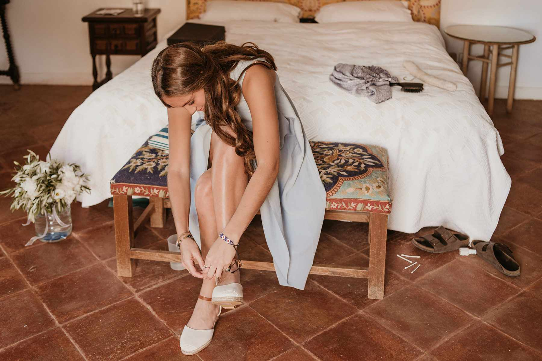 <p>Bride putting on shoes</p><br><br>