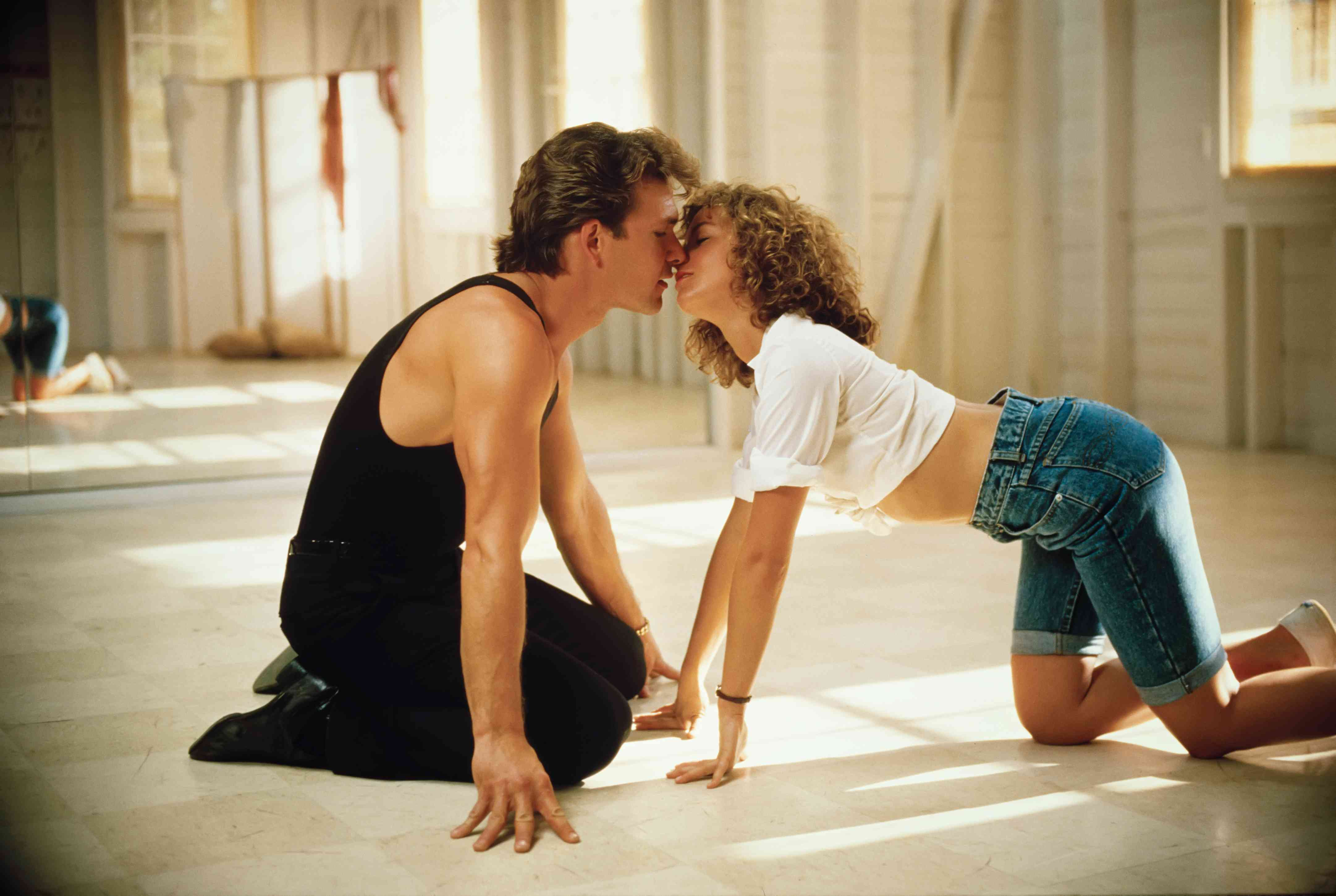 Patrick Swayze and Jennifer gray about to kiss in the dance studio in