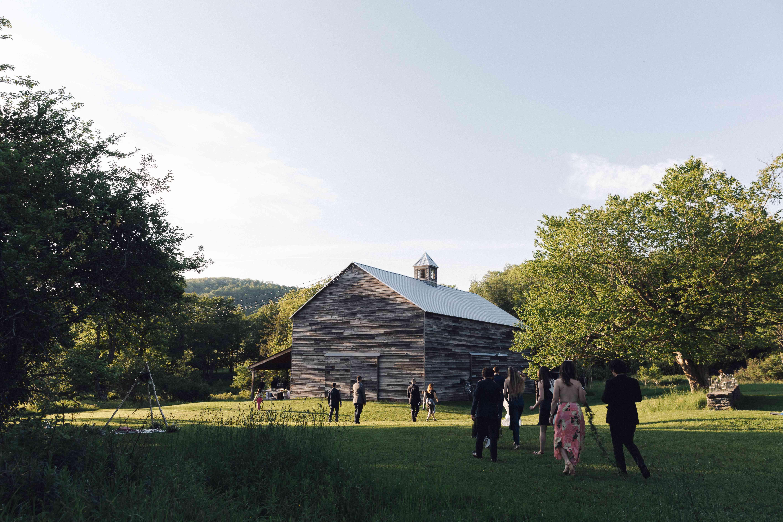 <p>Guests walking toward barn</p>