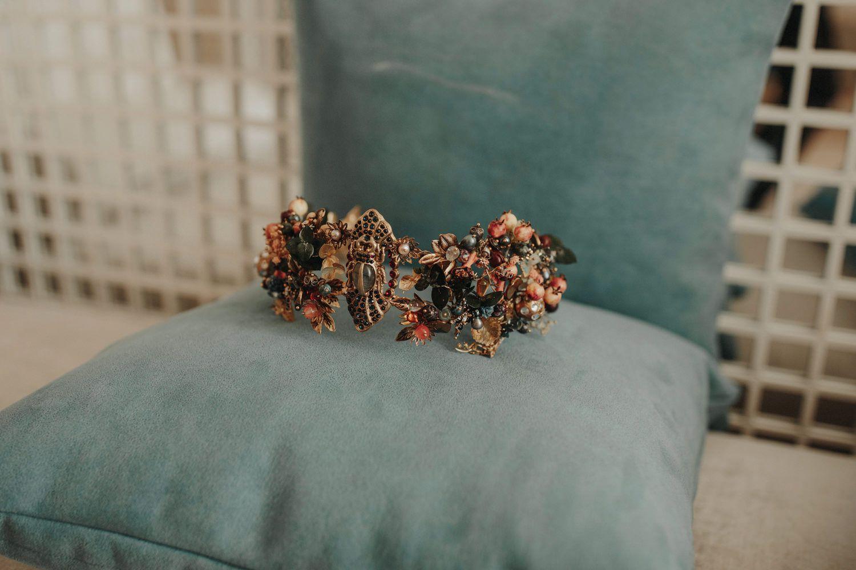<p>Bride's floral hair piece</p><br><br>